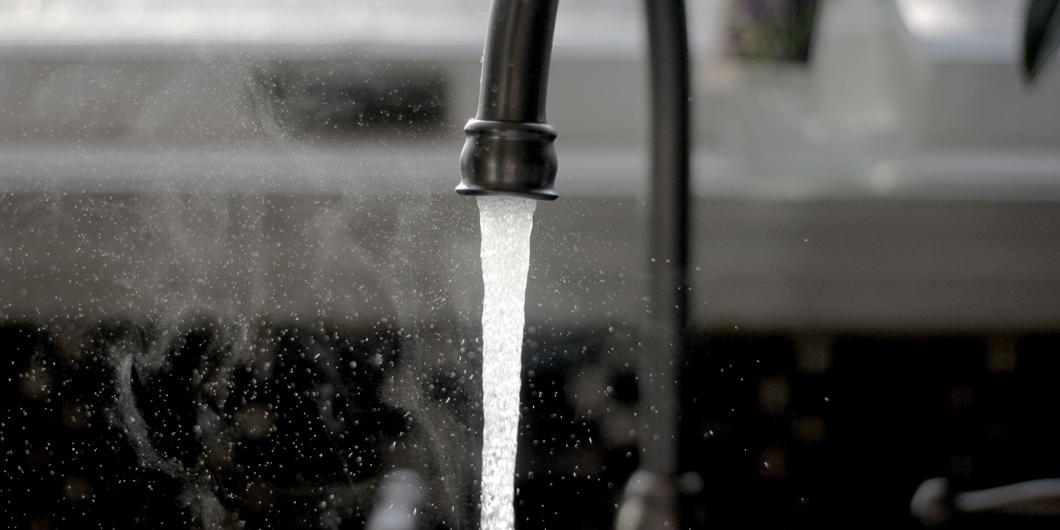 Wasserhahn mit laufendem Wasser