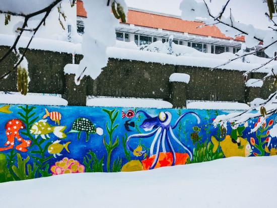 Kindergarten-im-alten-Schulhaus_bemalte-Mauer