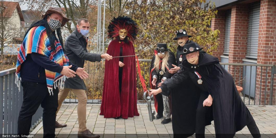 Bürgermeister Stolze übergibt den Rathausschlüssel an die Falkonia Markt Schwaben am 11.11.2020