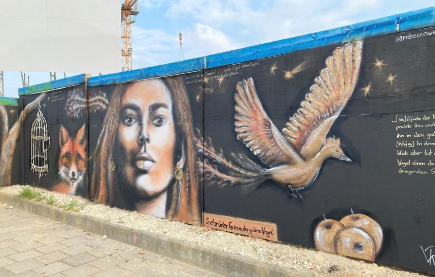 Street Art Painting am Bauzaun von Rebecca Winhart - KUNSTPFAD