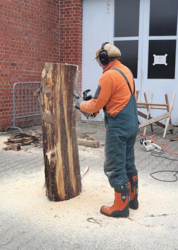 Holzarbeit mit der Säge von Stefan Pillokat im Rahmen des KUNSTPFADs