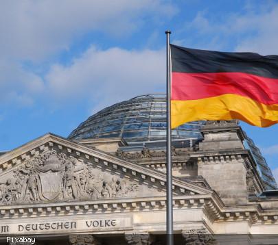 Ansicht Bundestagsgebäude Berlin mit Deutschlandflagge